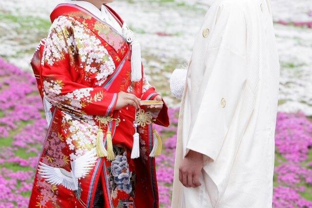 結婚式着物着る新郎新婦