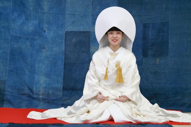 着物白無垢着る女性