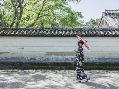 着物観光する女性