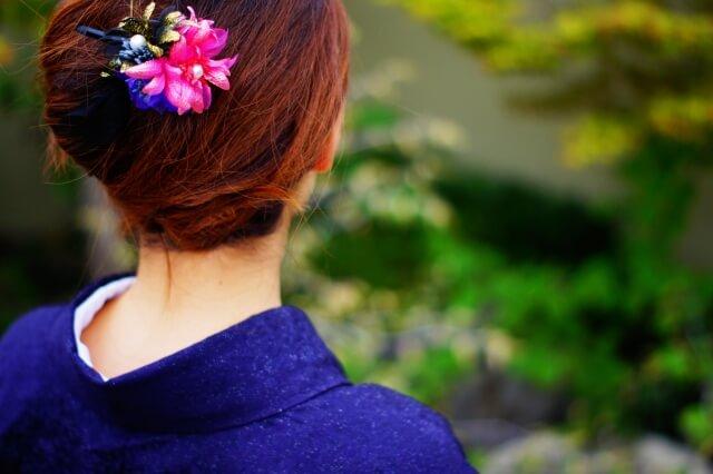 着物髪の毛セットする女性